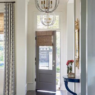 Идея дизайна: фойе в стиле современная классика с белыми стенами, темным паркетным полом, одностворчатой входной дверью, серой входной дверью, коричневым полом и многоуровневым потолком