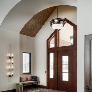 Großer Rustikaler Eingang mit Kalkstein, Einzeltür, dunkler Holztür und gewölbter Decke in Denver