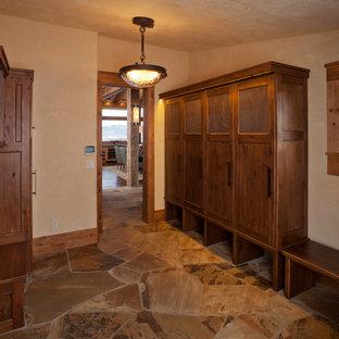 Idée de décoration pour une entrée chalet avec un vestiaire et un mur beige.