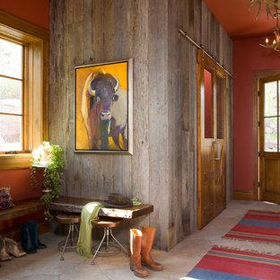 Cette image montre une entrée chalet avec un vestiaire, un mur rouge et une porte simple.