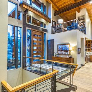 Idéer för en mycket stor modern ingång och ytterdörr, med beige väggar, skiffergolv, en pivotdörr och mörk trädörr