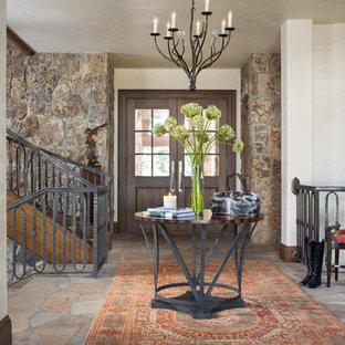 Inspiration för små rustika foajéer, med flerfärgade väggar, en dubbeldörr och mörk trädörr