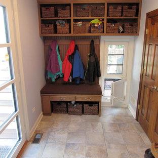 Foto på ett mellanstort vintage kapprum, med lila väggar, klinkergolv i keramik, en enkeldörr, glasdörr och beiget golv