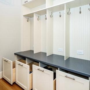 Idéer för mellanstora funkis kapprum, med grå väggar, mellanmörkt trägolv, en enkeldörr och metalldörr