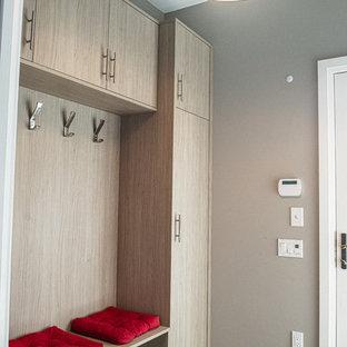 Immagine di un ingresso con anticamera contemporaneo di medie dimensioni con una porta bianca e pavimento in gres porcellanato