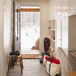 Inspiration pour une entrée traditionnelle avec un vestiaire, un sol en ardoise et un sol gris.