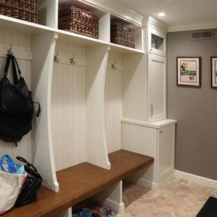 Idee per un ingresso con anticamera chic di medie dimensioni con pareti grigie e pavimento in mattoni