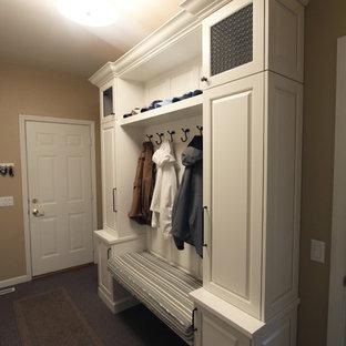 Idee per un piccolo ingresso con anticamera tradizionale con pareti beige, pavimento in linoleum, una porta singola, una porta bianca e pavimento beige