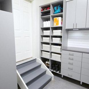 Cette image montre une petit entrée minimaliste avec un vestiaire, un mur blanc, une porte blanche, un sol en linoléum et une porte simple.