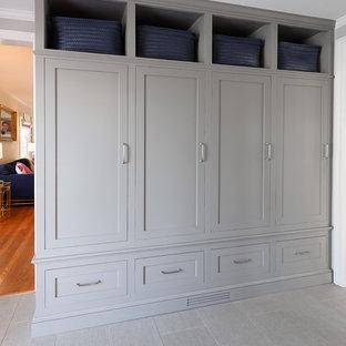 Idéer för ett litet klassiskt kapprum, med grå väggar, klinkergolv i porslin, en enkeldörr, en svart dörr och grått golv
