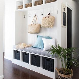 Idee per un piccolo ingresso con anticamera stile marinaro con parquet scuro e pareti bianche