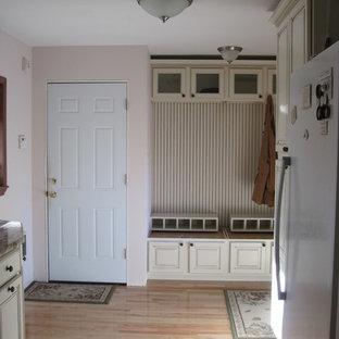 ポートランドの中サイズの片開きドアカントリー風おしゃれなマッドルーム (ピンクの壁、淡色無垢フローリング、白いドア) の写真