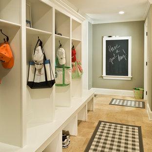 Idéer för stora vintage kapprum, med gröna väggar, travertin golv och brunt golv