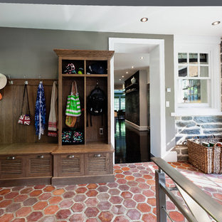 Moderner Eingang mit Stauraum, grauer Wandfarbe und Terrakottaboden in Philadelphia