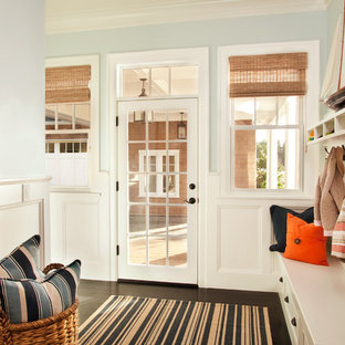 Imagen de vestíbulo posterior costero, grande, con puerta simple, paredes azules, suelo de madera oscura y puerta blanca