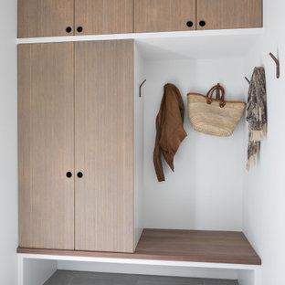 Inspiration för ett mellanstort retro kapprum, med vita väggar, klinkergolv i porslin och grått golv