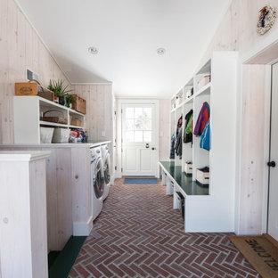 Idéer för att renovera ett litet vintage kapprum, med vita väggar, tegelgolv, en tvådelad stalldörr och en vit dörr