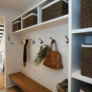 トロントの小さいトランジショナルスタイルのおしゃれなマッドルーム (白い壁、トラバーチンの床、ベージュの床、塗装板張りの壁) の写真