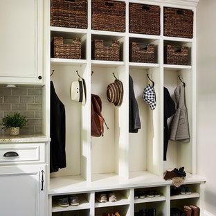 Inspiration pour une entrée traditionnelle avec un vestiaire, un mur gris, un sol en vinyl et un sol multicolore.