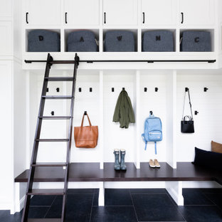 Источник вдохновения для домашнего уюта: тамбур в стиле кантри с белыми стенами и черным полом