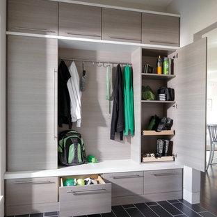 Ispirazione per un ingresso con anticamera minimal di medie dimensioni con pareti bianche, pavimento in gres porcellanato e pavimento nero