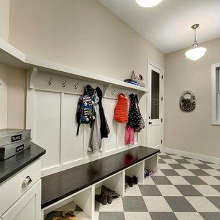 Свежая идея для дизайна: большой тамбур в стиле современная классика с бежевыми стенами, полом из линолеума, одностворчатой входной дверью и белой входной дверью - отличное фото интерьера
