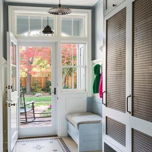 Aménagement d'une grand entrée classique avec un mur gris, une porte hollandaise, une porte blanche, un vestiaire, un sol en carrelage de céramique et un sol multicolore.