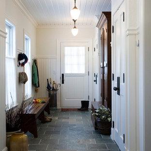 ボストンのトラディショナルスタイルのおしゃれなマッドルーム (スレートの床、グレーの床) の写真
