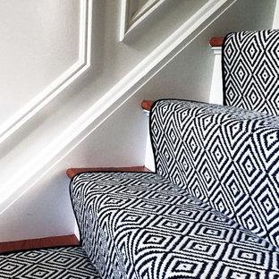 На фото: маленькое фойе в стиле фьюжн с серыми стенами, полом из керамогранита, одностворчатой входной дверью, черной входной дверью и черным полом