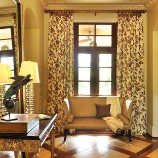 Ispirazione per un piccolo ingresso tradizionale con pareti beige, pavimento con piastrelle in ceramica, una porta a due ante e una porta in vetro