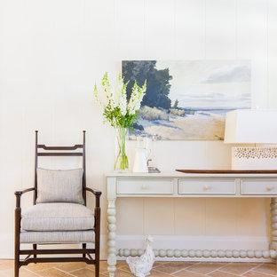 トロントの中くらいのビーチスタイルのおしゃれな玄関 (白い壁、トラバーチンの床) の写真