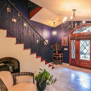 マイアミの中サイズの片開きドアエクレクティックスタイルのおしゃれな玄関ロビー (紫の壁、木目調のドア) の写真