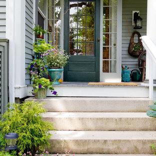 ボストンの片開きドアトラディショナルスタイルのおしゃれな玄関ドア (緑のドア) の写真