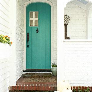 Idées déco pour une entrée romantique avec une porte bleue.