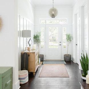 Ejemplo de distribuidor marinero con paredes blancas, suelo de madera oscura, puerta simple, puerta blanca y suelo marrón