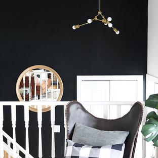Inredning av en skandinavisk liten foajé, med svarta väggar, vinylgolv, en enkeldörr och en grön dörr