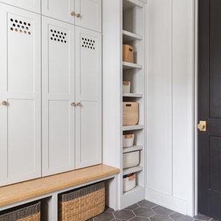 Diseño de vestíbulo posterior panelado, nórdico, panelado, con paredes blancas, suelo gris y panelado
