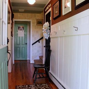 Esempio di un corridoio country con una porta singola e una porta verde