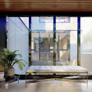 Modern inredning av en foajé, med klinkergolv i porslin och grått golv