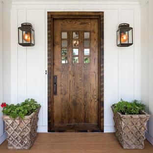 Inspiration för en mellanstor lantlig ingång och ytterdörr, med vita väggar, ljust trägolv, en enkeldörr och mörk trädörr