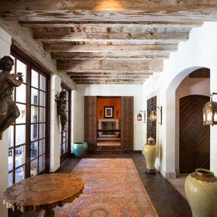 Свежая идея для дизайна: большая узкая прихожая в средиземноморском стиле с белыми стенами, коричневым полом, раздвижной входной дверью и стеклянной входной дверью - отличное фото интерьера
