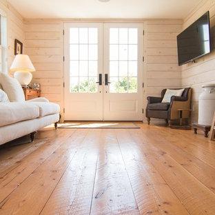 ボストンの小さい両開きドアカントリー風おしゃれな玄関ロビー (ベージュの壁、淡色無垢フローリング、白いドア、黄色い床) の写真