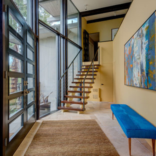 Diseño de distribuidor contemporáneo, grande, con paredes amarillas, puerta doble, puerta de vidrio y suelo de baldosas de cerámica