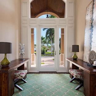 Esempio di un ingresso classico di medie dimensioni con pareti beige, moquette, una porta singola, una porta in vetro e pavimento marrone