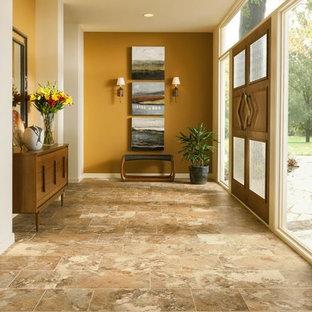 Idee per un grande corridoio chic con pareti arancioni, pavimento con piastrelle in ceramica, una porta a due ante e una porta in legno bruno