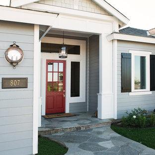 Идея дизайна: прихожая в классическом стиле с стеклянной входной дверью