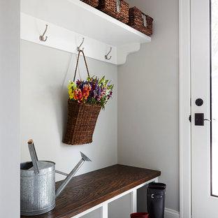 Inspiration för små klassiska kapprum, med grå väggar och skiffergolv