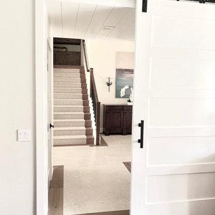 Ispirazione per un ingresso o corridoio country con pareti bianche, pavimento in pietra calcarea, soffitto in perlinato e pareti in perlinato