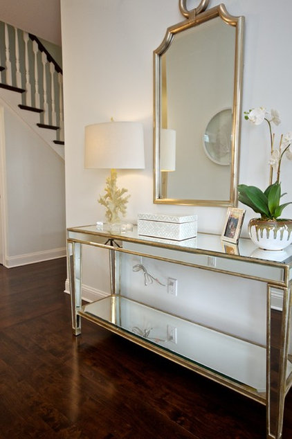 Traditional Entry by CSR Interiors Inc.