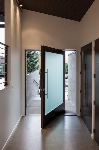 Modern Entry by Ainslie-Davis Construction